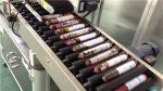فیڈر کے ساتھ خودکار سوسیج لیبلنگ مشین۔